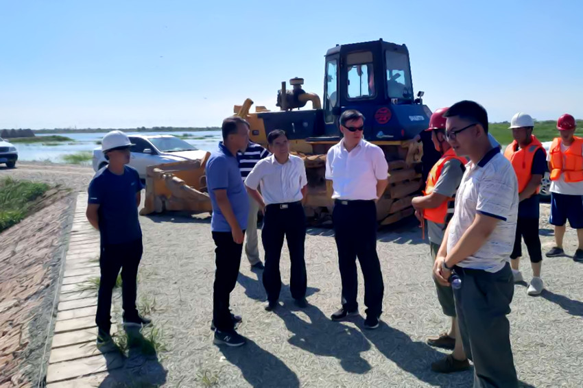 自治区水利厅厅长白耀华前往由宁工局公司承建 的黄河四排口河道整治工程指导防汛工作